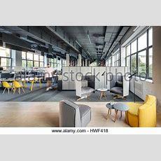 Loftstil Büro Mit Betonstützen Und Einem Grauen Teppich