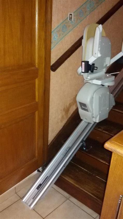 monte escalier droit avec un rail relevable de marque