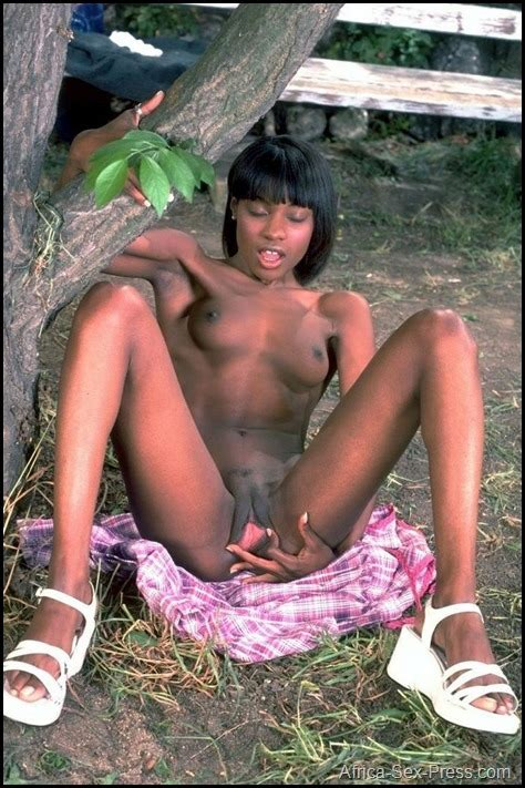 African Teen Showing Her Pinky Pussy Outdoor Africa Sex Press