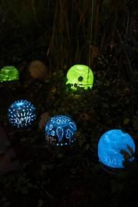Tapete Die Im Dunkeln Leuchtet : diy gartendeko mondscheinkugeln glow in the dark basteln pinterest ~ Frokenaadalensverden.com Haus und Dekorationen