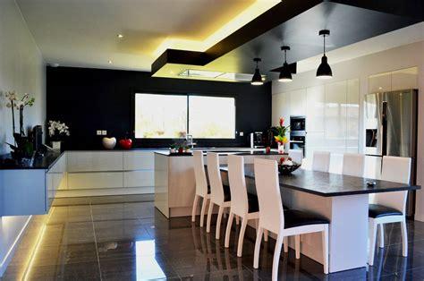 cuisine design avec ilot central  coin repas installe