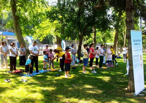 Turkey People Learn To Practice Falun Gong At Information Day Activity In Istanbul (photos