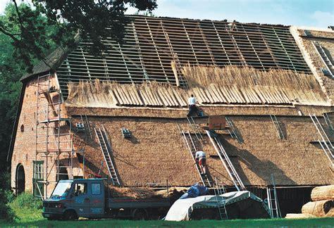 wie lange hält ein reetdach reetdach infos zu aufbau besonderheiten dachdecker