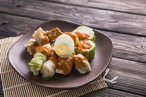 Hidangan siomay dengan pelengkap tahu, telur, kentang, pare dan kol yang disiram saus kacang kental yang manis dan gurih? Resep Siomay Bandung Enak yang Mudah Dibuat di Rumah