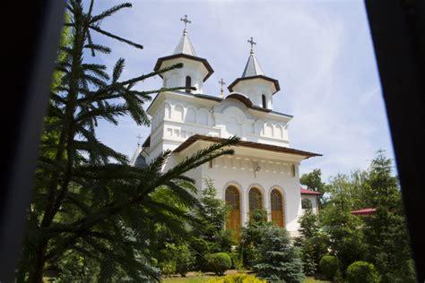 Procesiune cu sute de oameni, la Galati, de Inaltarea Domnului. Oamenii au depus coroane de flori la Monumentul Eroilor - Stirileprotv.ro
