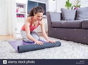 Yoga Zu Hause : junge frau falten yoga matte zu hause die vorbereitung auf die bung gesunden lebensstil ~ Sanjose-hotels-ca.com Haus und Dekorationen