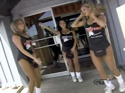 hooters girls  distracting ctv news
