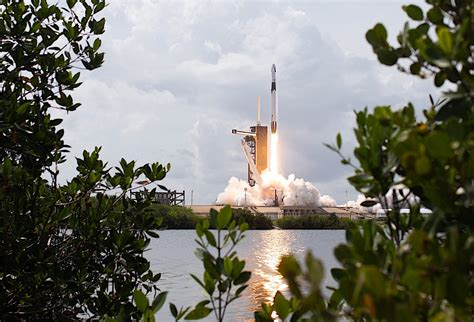 Here Are the Glorious HD Photos of the SpaceX Crew Dragon ...