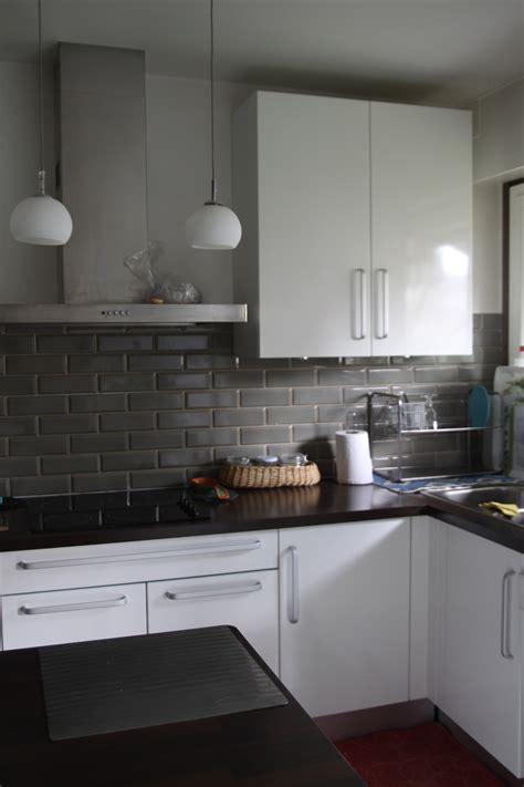 cuisine blanche et mur gris quelles couleurs aux murs pour une cuisine blanche