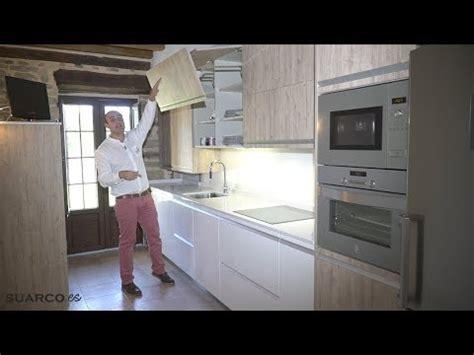 cocina moderna blanca  madera en casa rustica sin