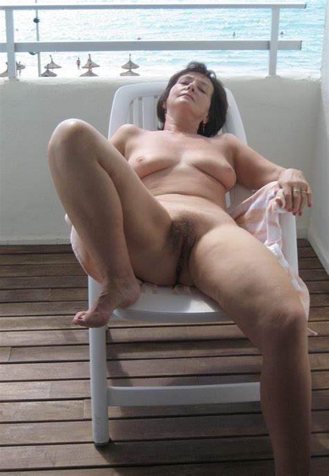Moms Standing Naked Showing Ass