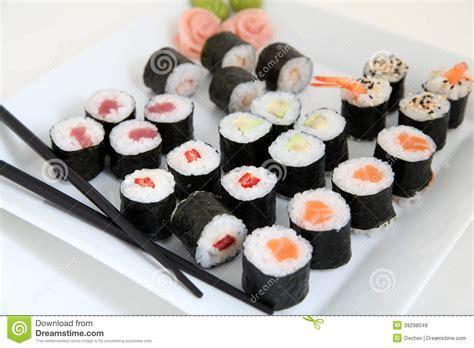 cuisine japonaise traditionnelle ensemble de sushi nourriture japonaise traditionnelle