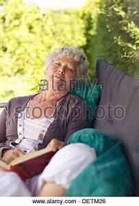 Im Sitzen Schlafen : frau schl ft im stuhl stockfoto bild 21056255 alamy ~ Watch28wear.com Haus und Dekorationen