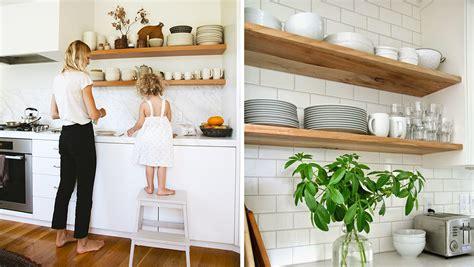 astuce pour amenager cuisine comment organiser des étagères ouvertes dans la cuisine