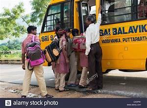 Les enfants de l'école indienne de monter dans un autobus ...