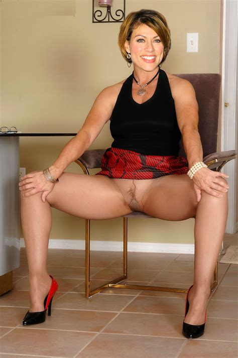 Leny spreads her mature legs wide open