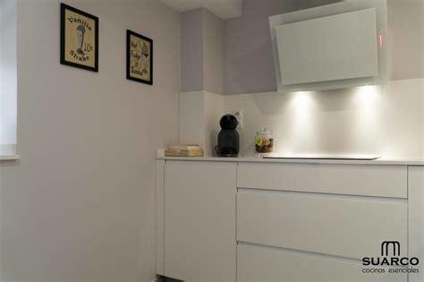 cocina blanca pequena  encimera de silestone blanco