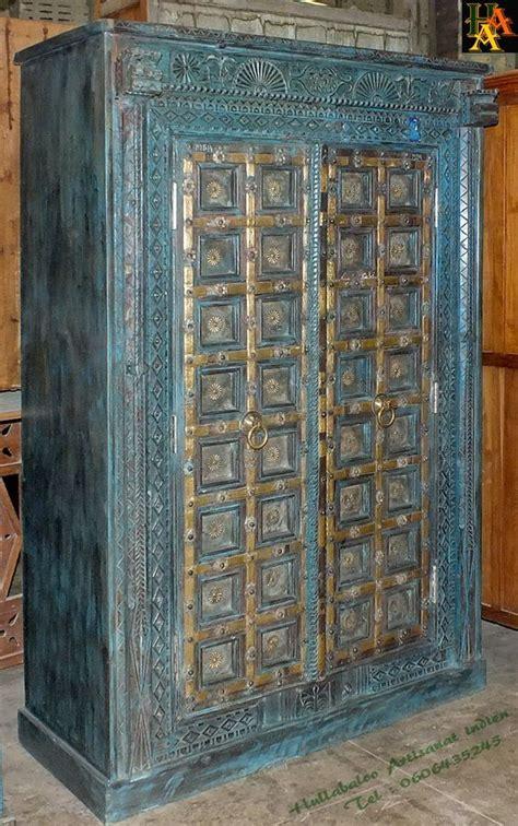 grande armoire indienne avec des vieilles portes avec des