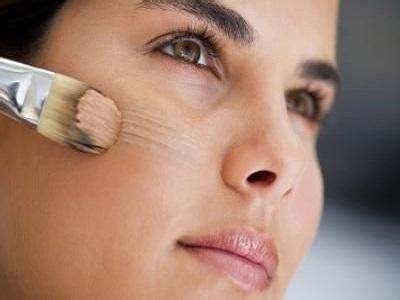 Как наносить тональный крем кистью?