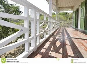 Hauptmethoden terrasse schatten zaun holz stockfoto bild for Terrasse zaun holz