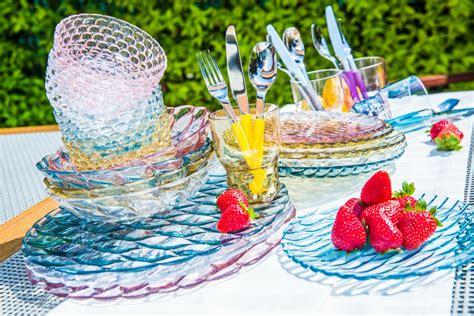 i bicchieri a tavola bicchieri colorati idee per apparecchiare la tavola