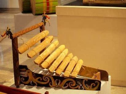 Sape terbuat dari kayu pilihan, seperti kayu meranti atau kayu yang kuat dan tahan lama. Alat Musik Tradisional Dari Kalimantan