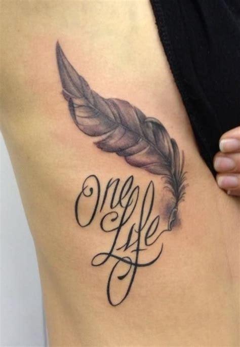 photographie tatouage plume  prenom sur cotes femme