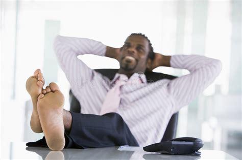 le de bureau sur pied homme d 39 affaires s 39 asseyant dans le bureau avec des pieds