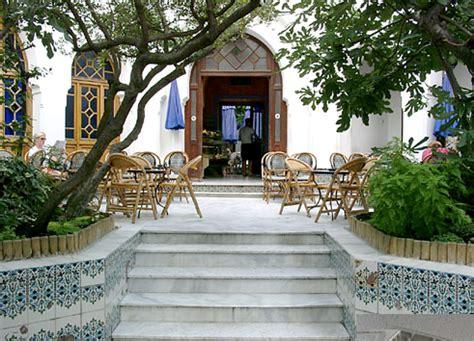 En arrivant, vous serez ébloui par la cour intérieure donnant sur le grand patio près de la salle de prières. Les bonnes adresses d'Inès #2 : la Grande Mosquée de Paris ...
