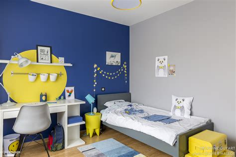 chambre jaune et bleu chambre pour un garçon qui aime dessiner le bleu et le