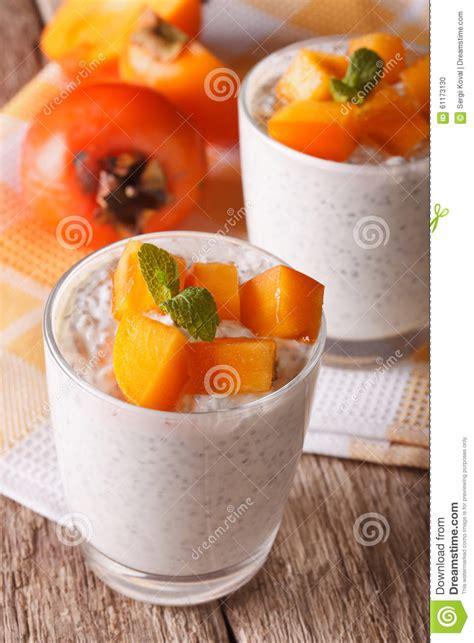 dessert avec des graines de chia et kaki dans un verre vertical photo stock image 61173130