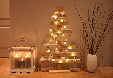 Laser Christmas House Lights by Kerst Trend Houten Kerstboom Stripesandwalls Nl