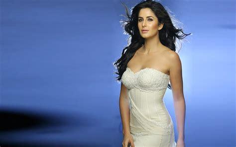 actress stills designer platinum necklace katrina kaif