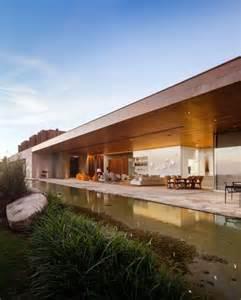 maison vacances contemporaine avec bassin d eau naturel
