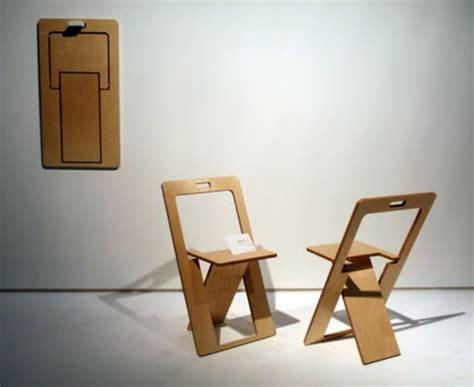 les 3 suisses chaises chaises pliantes deux repliées et une au mur pictures