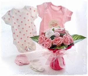 cadeau de naissance bouquet de layette pour feliciter With affiche chambre bébé avec bouquet de fleur rose