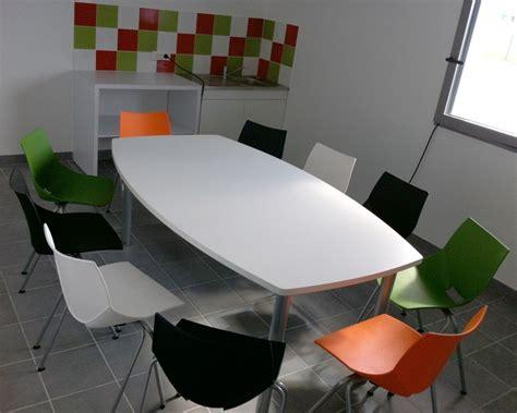 chaise tonneau salle repas réalisée avec une table tonneau tim columbia