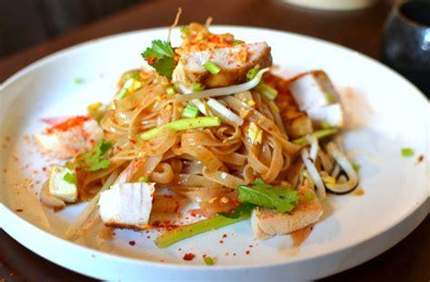 cuisine thailandaise traditionnelle recette pad thaï au poulet la recette thaï emblématique