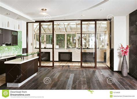 salon et cuisine moderne salon et cuisine modernes avec le balcon photos libres de