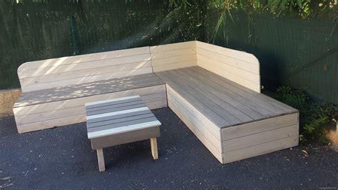 canapé en bois de palette banquette de jardin en bois de récup et sa table basse en