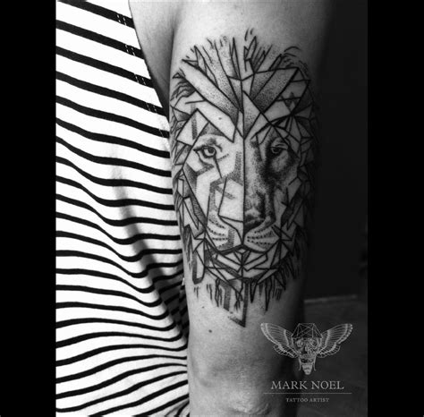 tatouage main homme lion