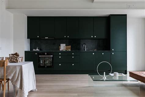 een intens zwarte keuken  een wit interieur roomed