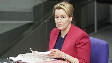 Mai 1978 in frankfurt (oder) als franziska süllke) ist eine deutsche politikerin (spd). FU Berlin prüft Giffeys Doktorarbeit zum zweiten Mal | BR24