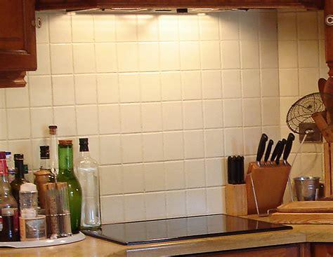 peindre du carrelage cuisine relooker cuisine un peu vieillotte décoration conseils