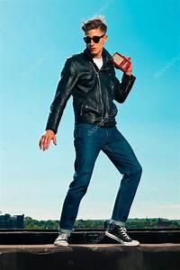 Style Rockabilly Homme : style homme r tro ann es 50 rockabilly avec veste noire coute au port photographie ysbrand ~ Dode.kayakingforconservation.com Idées de Décoration