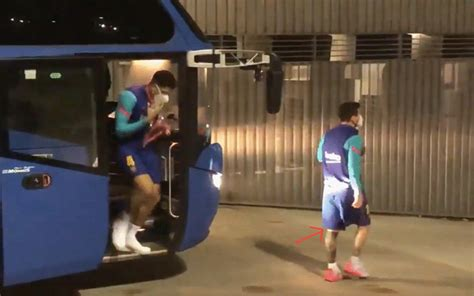 Video: Messi arrives at Barcelona game with bandage on leg