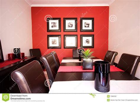 Intérieur De Salle à Manger Avec Le Mur Rouge Photographie