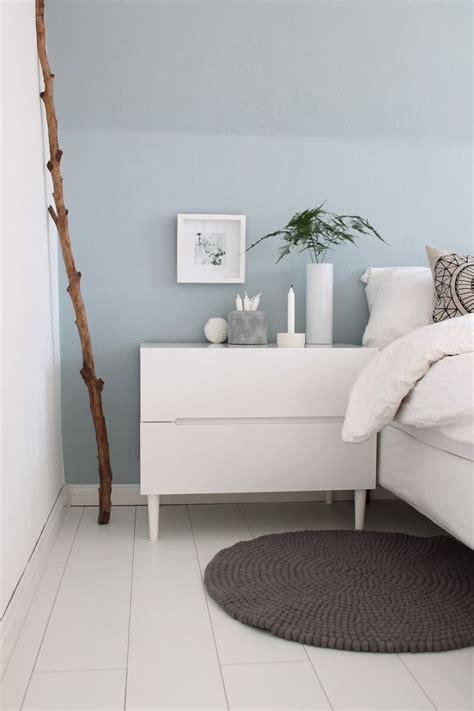 ideen wand weißes schlafzimmer schlafzimmer hellblaue wand mit wei 223 en m 246 beln