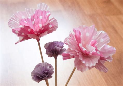 idee cadeau cuisine diy des fleurs en papier avec des moules à cupcakes