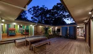 courtyard home designs small vacation home wraps around large courtyard modern house designs